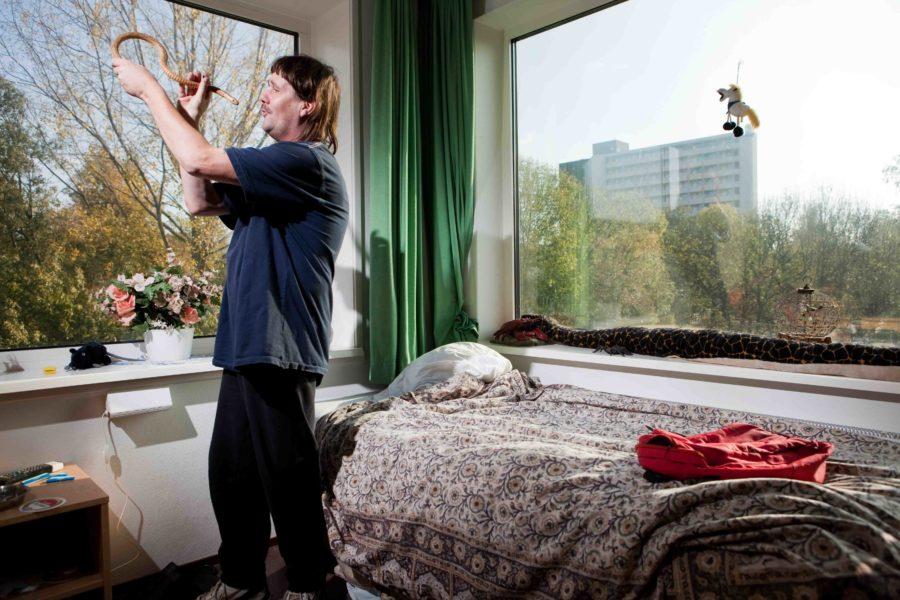 01-11-2011, Amsterdam, Poeldijkstraat. Thuis en daklozen wonen bij HVO in het nieuwe pand aan de Poeldijkstraat. foto en copyright leonard faustle